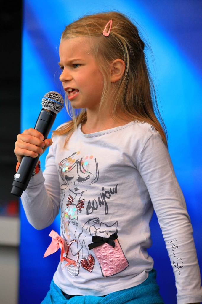 A little girl sings to an audience at Uitmarkt.